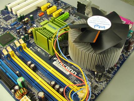 Foxconn alaplap az Intel gyári LGA-775 hűtőjével