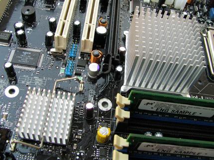 Intel D925XCV: passzív hűtés az északi- és a déli hídon egyaránt