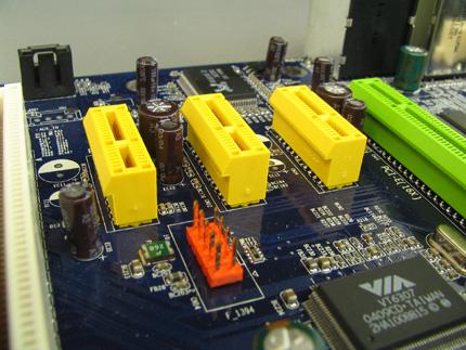 Három PCI Express x1 bővítőhely a Foxconn 915A01-P alaplapon