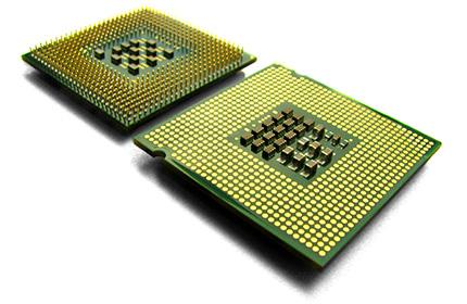 Baloldalt a klasszikus Socket 478, jobboldalt az új LGA-775 processzor