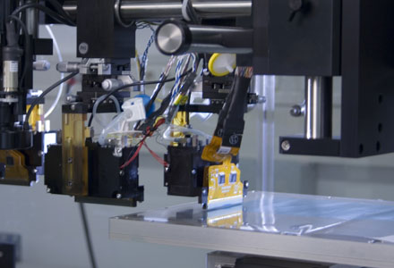 Nyomtatófejek a nagy precizitásssal mozgatható asztal fölött