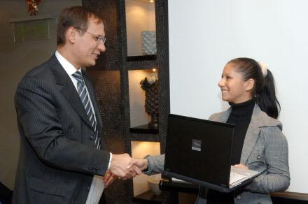 Poros Gábor ügyvezető igazgató és Varga Zsanett, a szerencsés