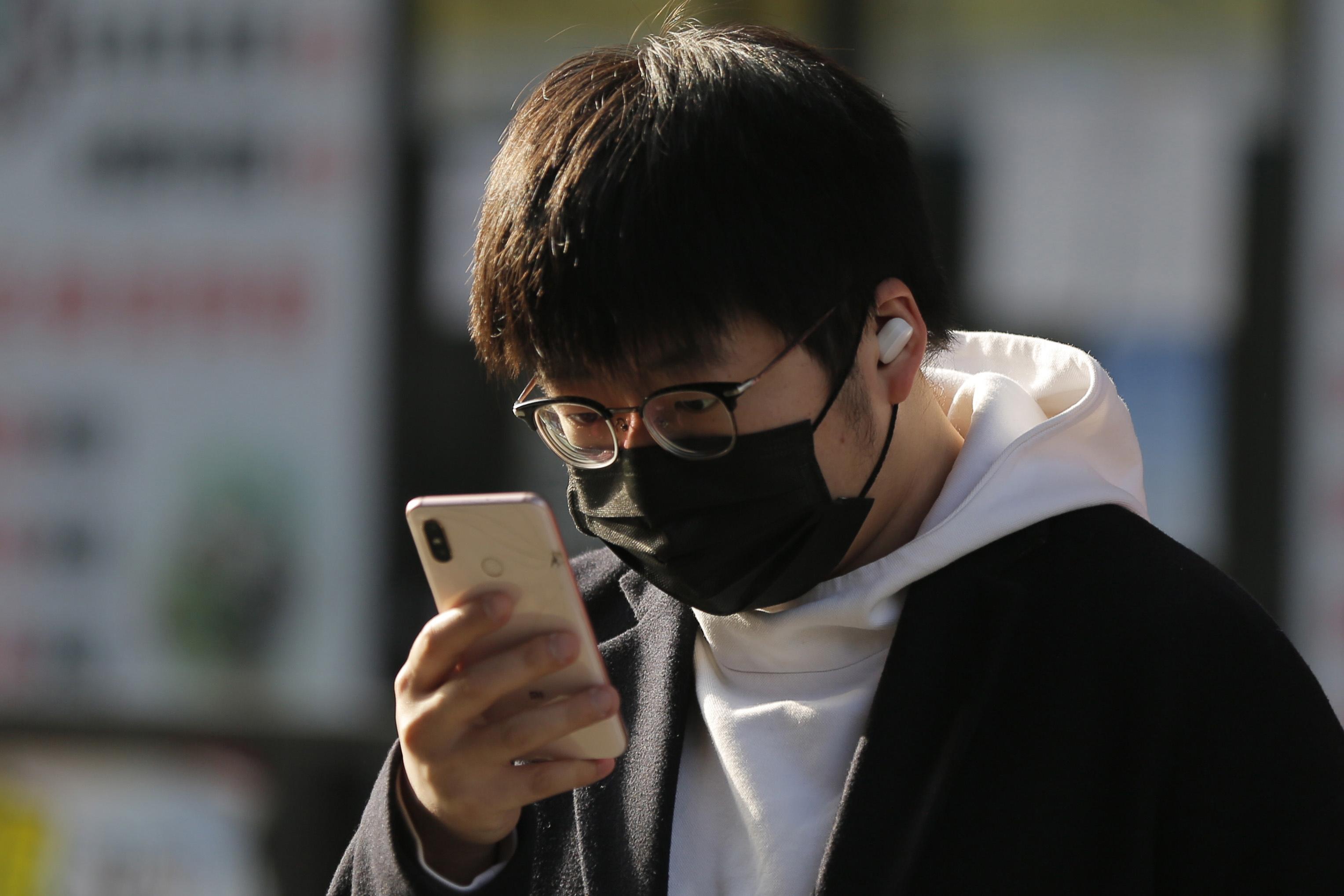 chinese_smartphone_user